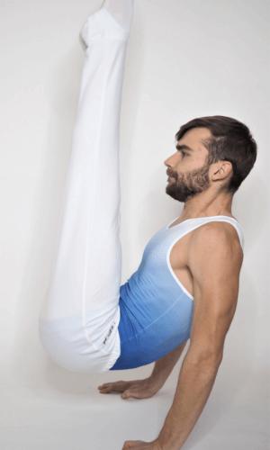 Pánské gymnastické šponovky bílé barvy strana ve vznosu