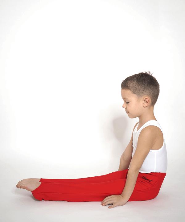 Gymnastické šponovky červené ze strany v sedě