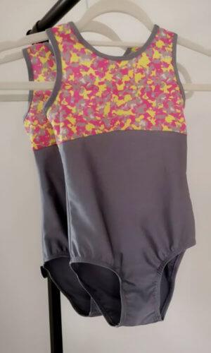 šedý maskáč gymnastický dres zepředu